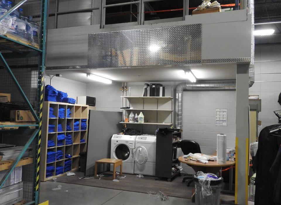 Chute mortelle du haut de la mezzanine d'un entrepôt pour un travailleur de la Société du parc Jean-Drapeau